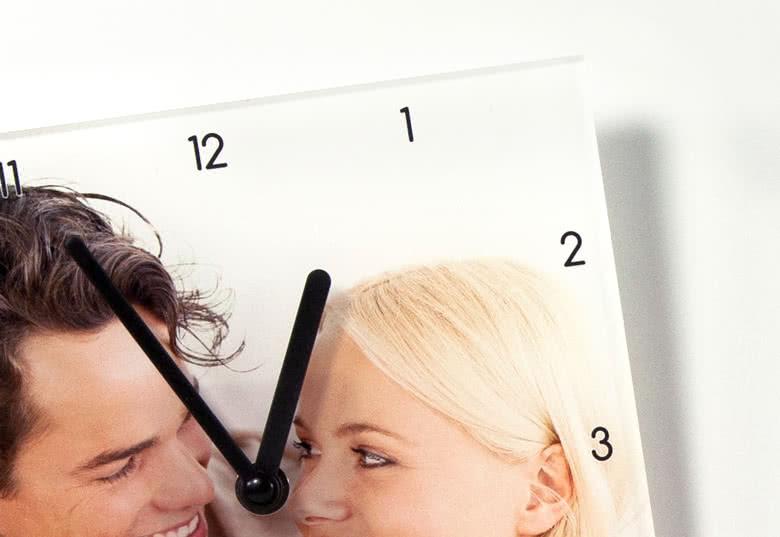 Numeroitu kellotaulu, tunti- ja minuuttiosoittimet