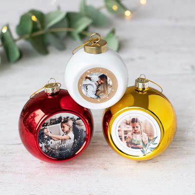 Witte keramische kerstballen