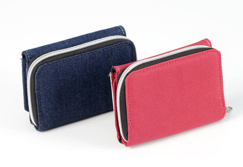 4 credit card pockets, a bills pocket with clasp and a coin purse with zipper