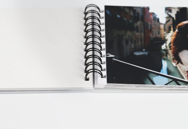Foto trykkes på papirforsiden. Bagsiden af papiret er hvidt. Sort spiralryg