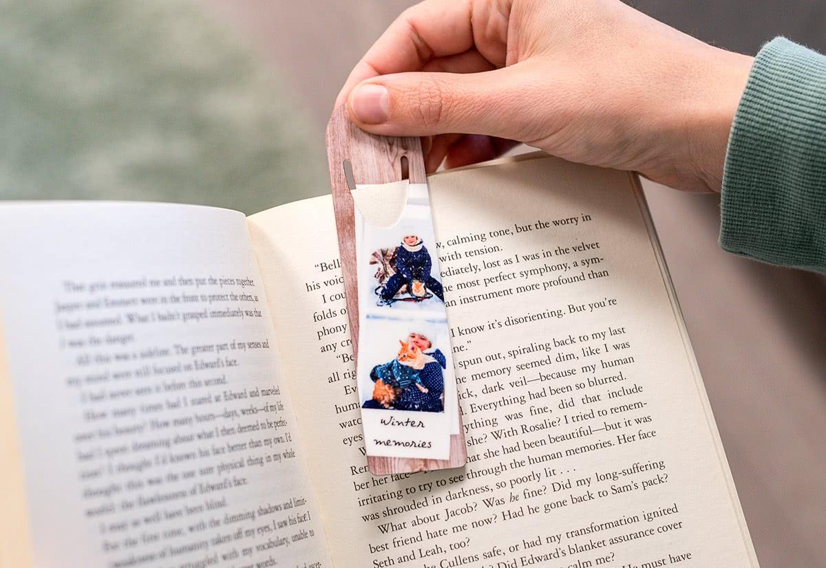 Ma/ße: 7,6 cm x 5,1 cm Metall-Lesezeichen mit Namen oder Text bedrucken Motiv: Abenteuer printplanet/® Buchzeichen mit eigenem Text selbst gestalten